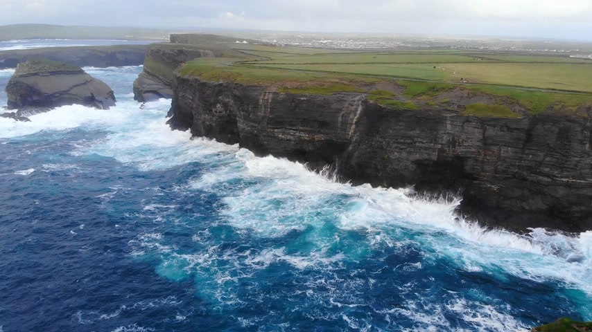 atlântico : Amazing flight along the cliffs of Ireland at the west coast Vídeos