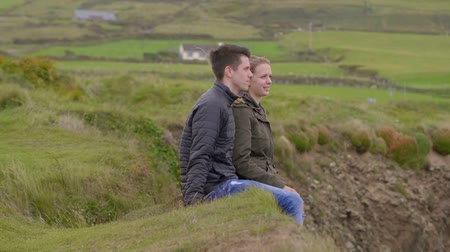montanhas rochosas : Two friends on a vacation at the west coast of Ireland Stock Footage