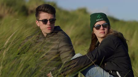 kamış : Pretty couple enjoys the nature of Ireland while sitting in reed grass