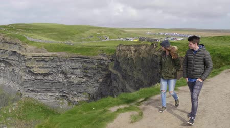 roccioso : Due amici camminano lungo le Cliffs of Moher in Irlanda