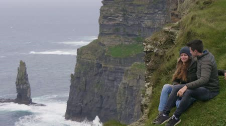 przyjaźń : Couple in love enjoys the fantastic view over the Cliffs of Moher Wideo