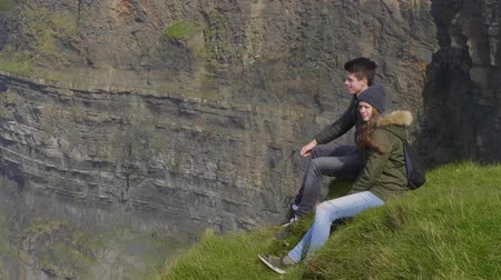 przyjaźń : Couple enjoys the view over the Cliffs of Moher in Ireland