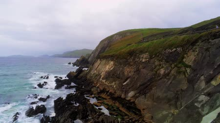 沿岸の : Flight along the steep cliffs at Dingle Peninsula in Ireland