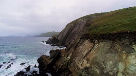 bagues : Vol le long des falaises escarpées de la péninsule de Dingle en Irlande