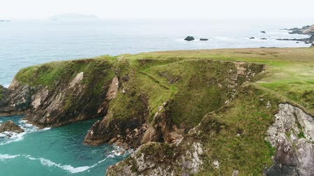 szikla : Amazing flight over the rough coast of Dunquin Pier in Ireland Stock mozgókép
