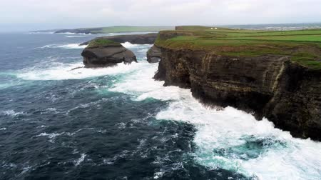 montanhas rochosas : Wild ocean water hits against the steep cliffs of the Irish west coast Stock Footage