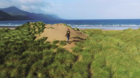 atlântico : Walking over the dunes of the Irish west coast