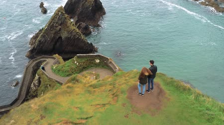atlântico : Flight over a couple at Dunquin Pier on Dingle Peninsula in Ireland