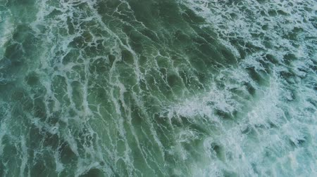 cornualha : Aerial drone flight over pure wild Ocean water - very refreshing