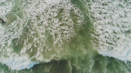 cornualha : Wild Ocean Water from above - flight over the waves Vídeos