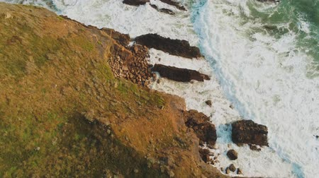 cornualha : Flight over the rocky coast of Cornwall in England - amazing landscape