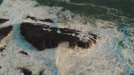 английский парк : Amazing nature - wild Ocean water - aerial flight along the cliffs and coastline