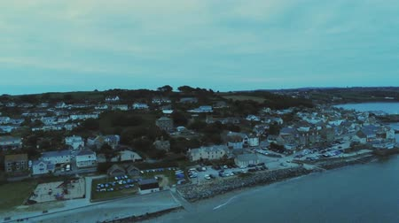 reino unido : The village of Marazion in Cornwall England - aerial view in the evening Vídeos