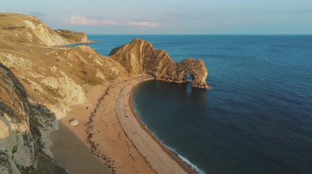 reino unido : Famous Durdle Door in Devon at the British coast at sunset Vídeos