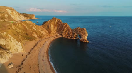 venkovský : Famous Durdle Door in Devon at the British coast at sunset Dostupné videozáznamy