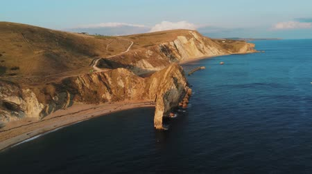 cornualha : Famous Durdle Door in Devon at the British coast at sunset Vídeos