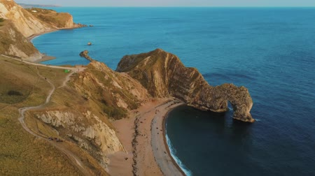 cornovaglia : Famous Durdle Door in Devon at the British coast at sunset Filmati Stock