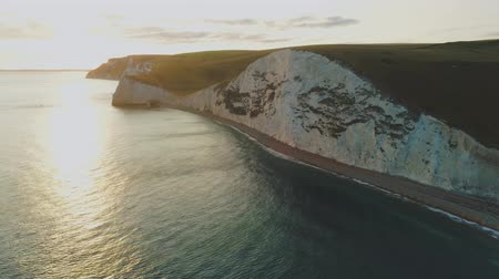 cornualha : The famous white cliffs in England - aerial view Vídeos