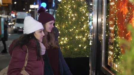 avenida : Young women in New York doing Christmas shopping on Fifth Avenue Stock Footage
