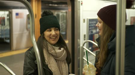 turistická atrakce : Two girls riding the New York subway