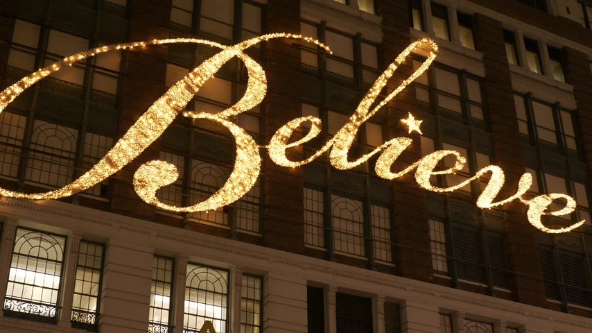 acreditar : Believe writing on the house facade of famous Macys department store in Manhattan