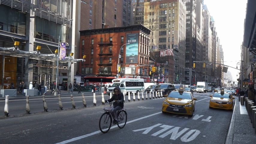 город : Typical street view in Manhattan at 8th Avenue