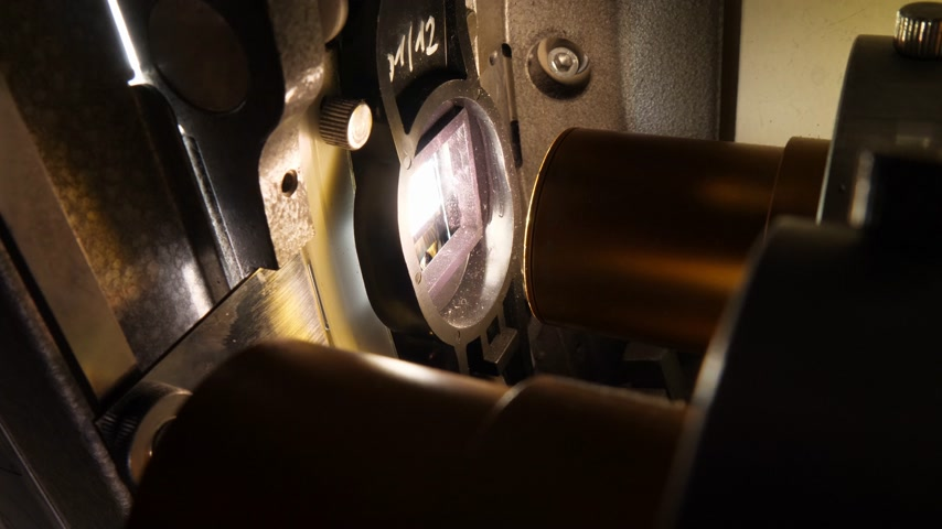 bande de film : Close up of a 35mm cinema projector in a movie theater