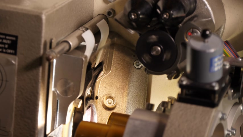 filmregisseur : Film loopt door een 35 mm-projector in een bioscoop Stockvideo