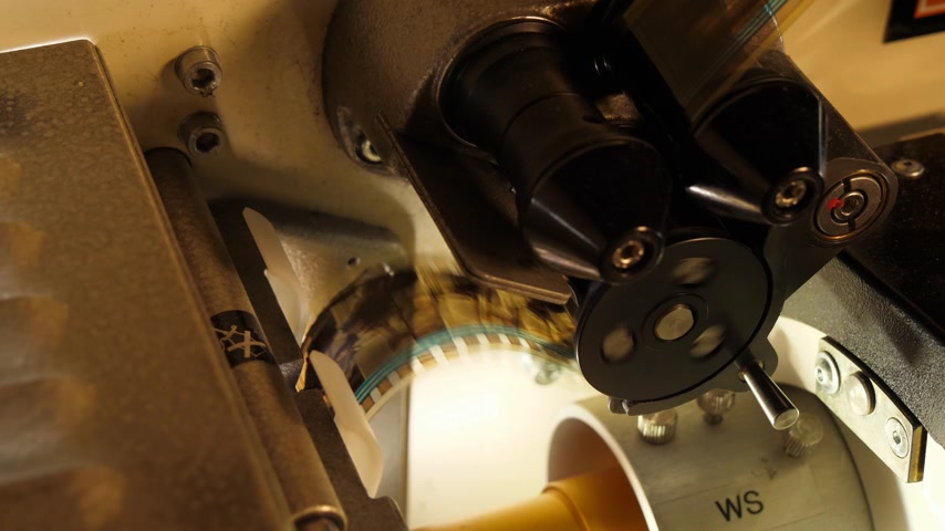 особенности : Film runs through a 35mm projector in a movie theater Стоковые видеозаписи