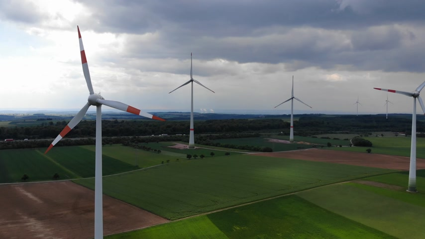 generatore : Aerial flight over wind power plants - wind energy mills from above Filmati Stock