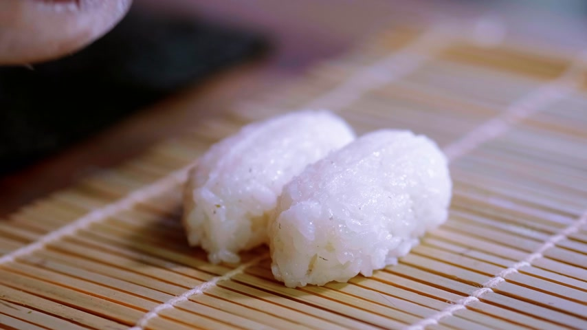 нигири : Preparing Sake nigiri sushi - fresh salmon over rice