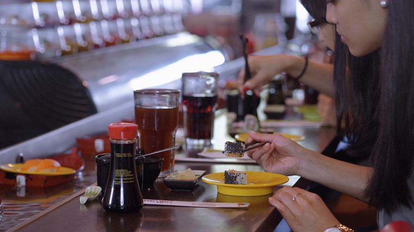 krewetki : People eating Sushi in a Running Sushi restaurant Wideo