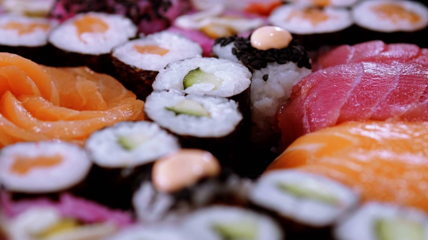 ketjap : Great variety of Sushi on a plate