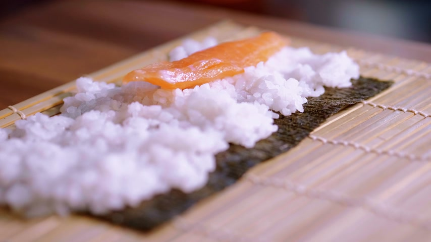 krewetki : Preparing fresh Sushi rolls - close up shot