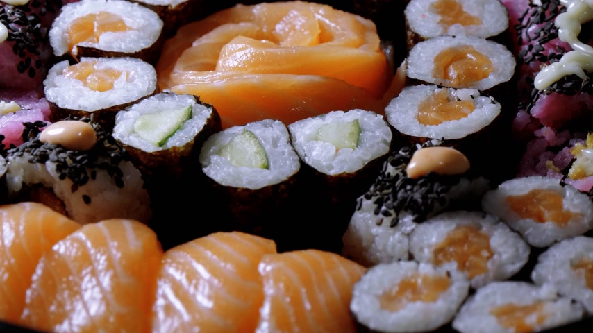 garnélarák : Close up of freshly made Sushi on a plate Stock mozgókép