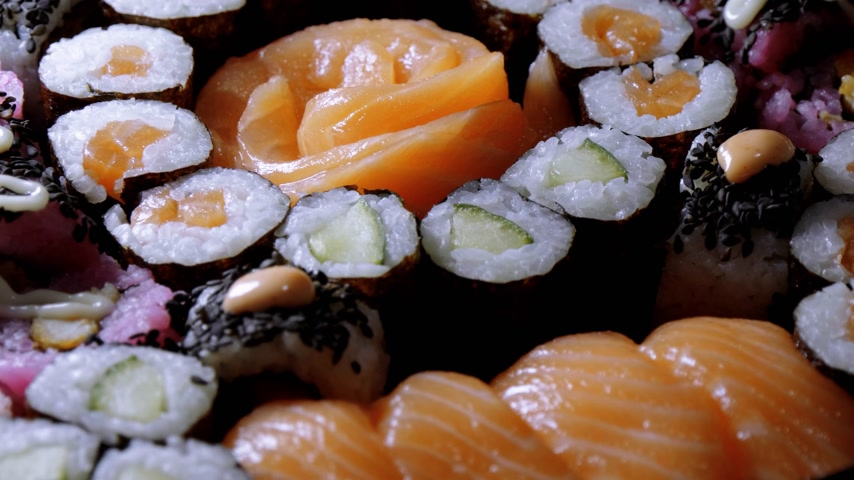 нигири : Selection of freshly made Sushi pieces on a plate