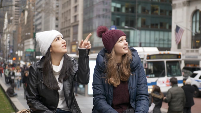 jabłka : Two girls on a sightseeing tour to New York City Wideo
