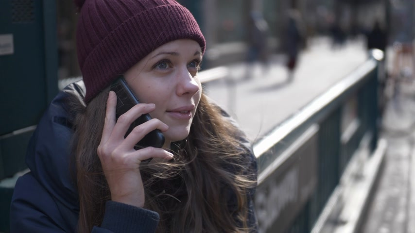 apple park : Young woman in New York speaks on the phone Stock Footage