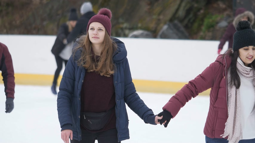 maca : Girls have a lot of fun doing ice skating in New Yorks Central Park