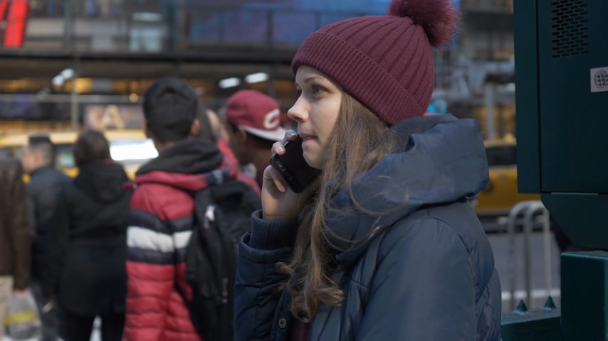 небоскреб : Young woman at a street corner in Manhattan New York