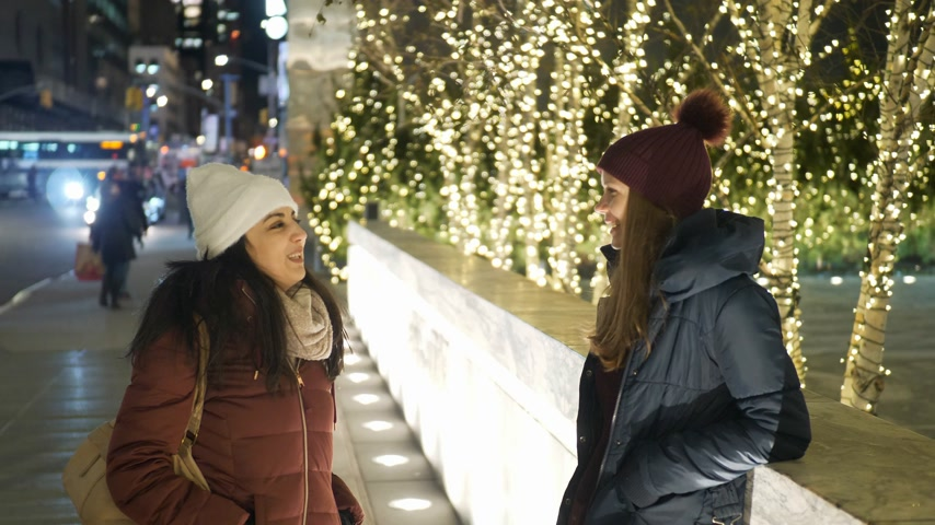 apple park : Two girls in New York at Christmas time enjoy shopping presents Stock Footage
