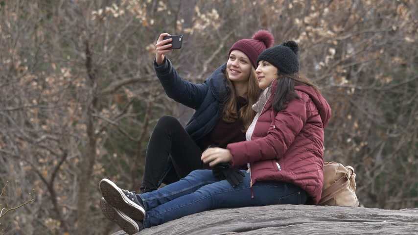 jabłka : Two girls sit on a rock in Central Park New York Wideo