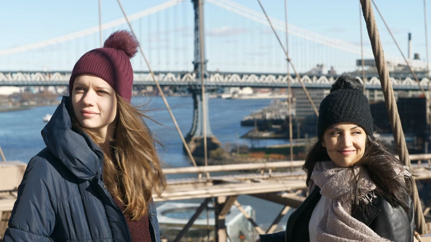 sagome : Due ragazze camminano sul famoso ponte di Brooklyn a New York