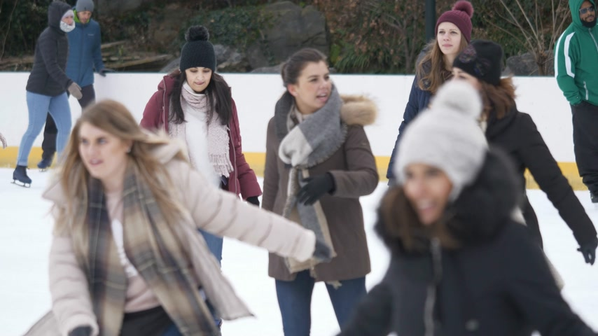 américa central : Girls have a lot of fun doing ice skating in New Yorks Central Park