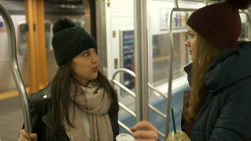 jabłka : Two girls ride the New York subway