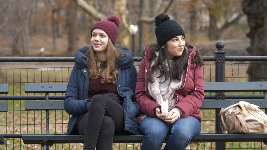jabłka : Young women enjoy their relaxing time at Central Park New York