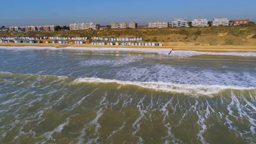 arenoso : Flight over the English south coast with its colorful huts