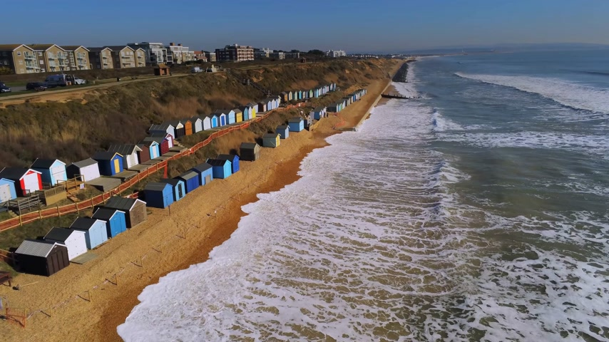 reino : Flight over the English south coast with its colorful huts
