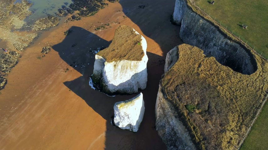 linha de costa : Flight over Botany Bay with its white cliffs in Kent Vídeos
