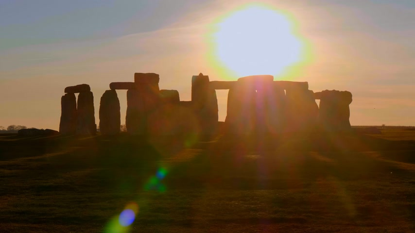 доисторический : Stonehenge is a famous landmark in England